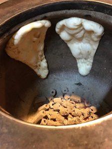 窯で焼かれるナン